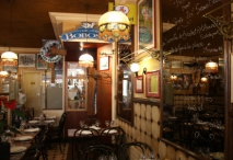 salle-tables-marbres-bar-bois